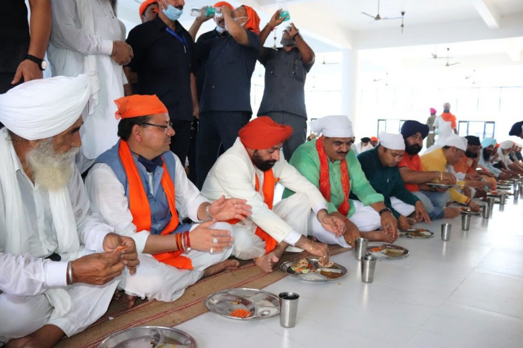 Governor and Chief Minister of the state, receiving Prasad while sitting in the langar, at Gurdwara Sahib Nanakmatta.