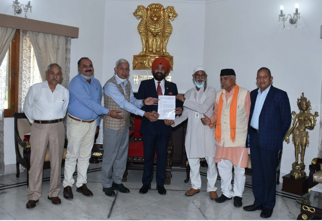 The delegation led by Shri Ranbir Singh, General Secretary, Confederation of Ex Paramilitary Forces Welfare Association, while paying a courtesy call on the Governor.
