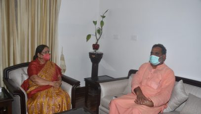 Cabinet Minister Swami Yatheeshwarananda paying a courtesy call on the Governor.