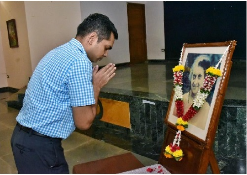 Deputy Secretary to the Governor Ranjit Kumar offered floral tributes to the photograph of late Indira Gandhi and gave the 'National Integration Pledge' to the staff and officers of Raj Bhavan, Mumbai