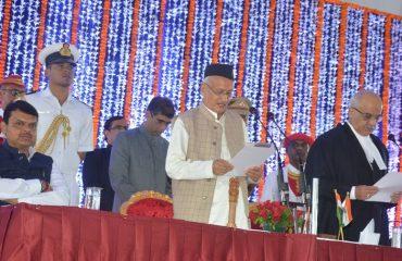 मुंबई उच्च न्यायालयाचे मुख्य न्यायाधीश न्या. प्रदीप नंद्राजोग यांनी श्री. भगत सिंह कोश्यारी यांना महाराष्ट्राच्या राज्यपाल पदाची राजभवन मुंबई येथे शपथ दिली