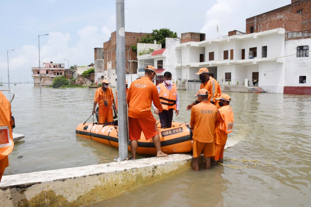 Divisional Commissioner, Shri Sanjay Goyal, along with other officials visited the flood affected areas