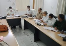 Divisional Commissioner reviewed projects worth more than 50 lakhs with Officers in Pratapgarh;?>