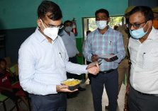 Divisional Commissioner, Shri Sanjay Goyal, along with other officials visited the flood affected areas;?>